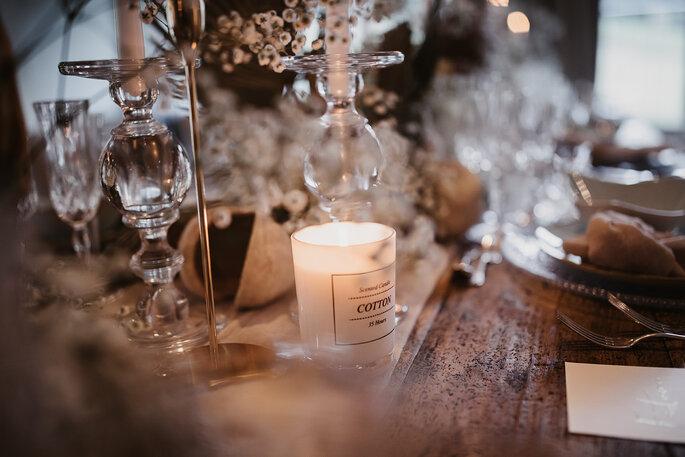 Hochzeitsdekoration auf einem Tisch.
