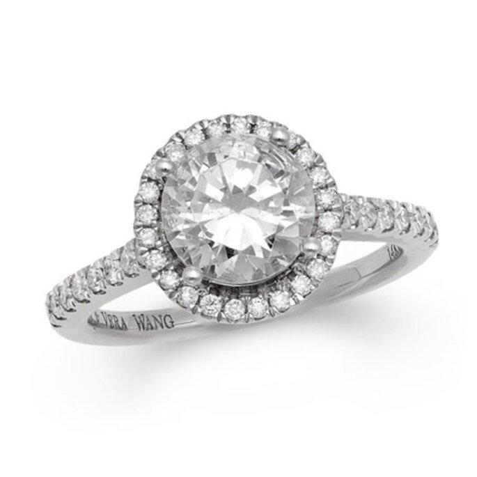 Elegante anillo de compromiso de corte redondo rodeado de diamantes - Foto Vera Wang LOVE