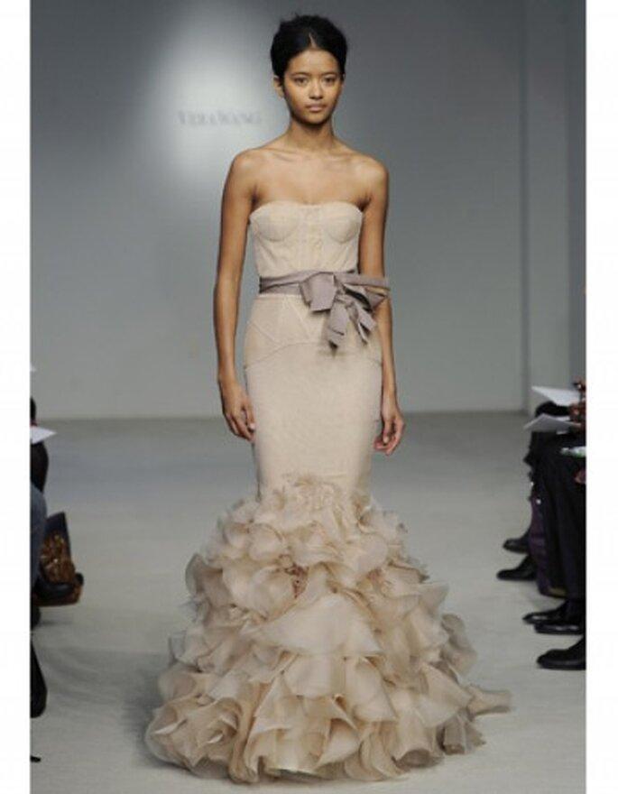 Vestido de novia rosa pálido corte sirena, escote strapless, gasa plisada