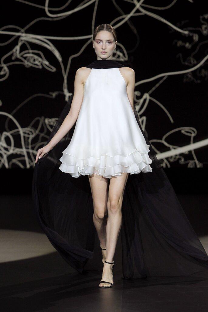 Vestido de novia corto para embarazadas de corte impreio con falda de olanes, sin mangas