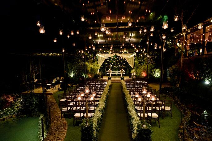 cerimônia de casamento em jardim com castiçais de vela