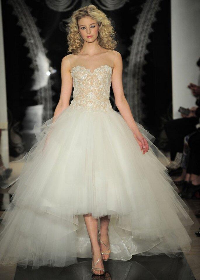 Vestido de novia con falda high low en tul y corpiño con bordados intricados y cuello ilusión - Foto Reem Acra