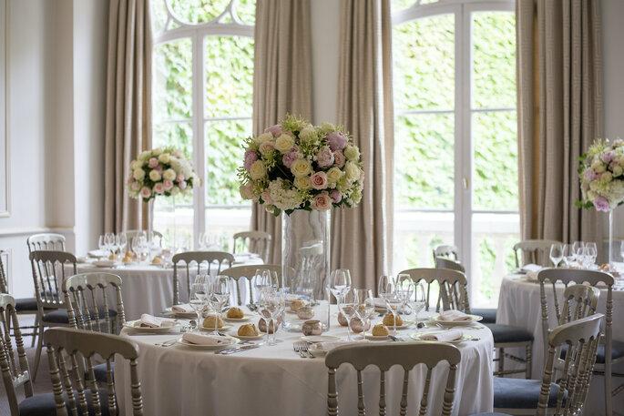 Des tables décorées pour le dîner de réception dans l'un des salons de l'Hôtel des Arts et Métiers