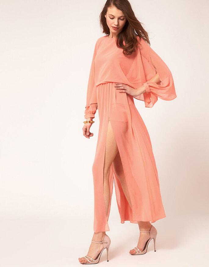 Vestito lungo con spacco profondo dal sapore retrò, color pesco, di Asos. Foto: Asos