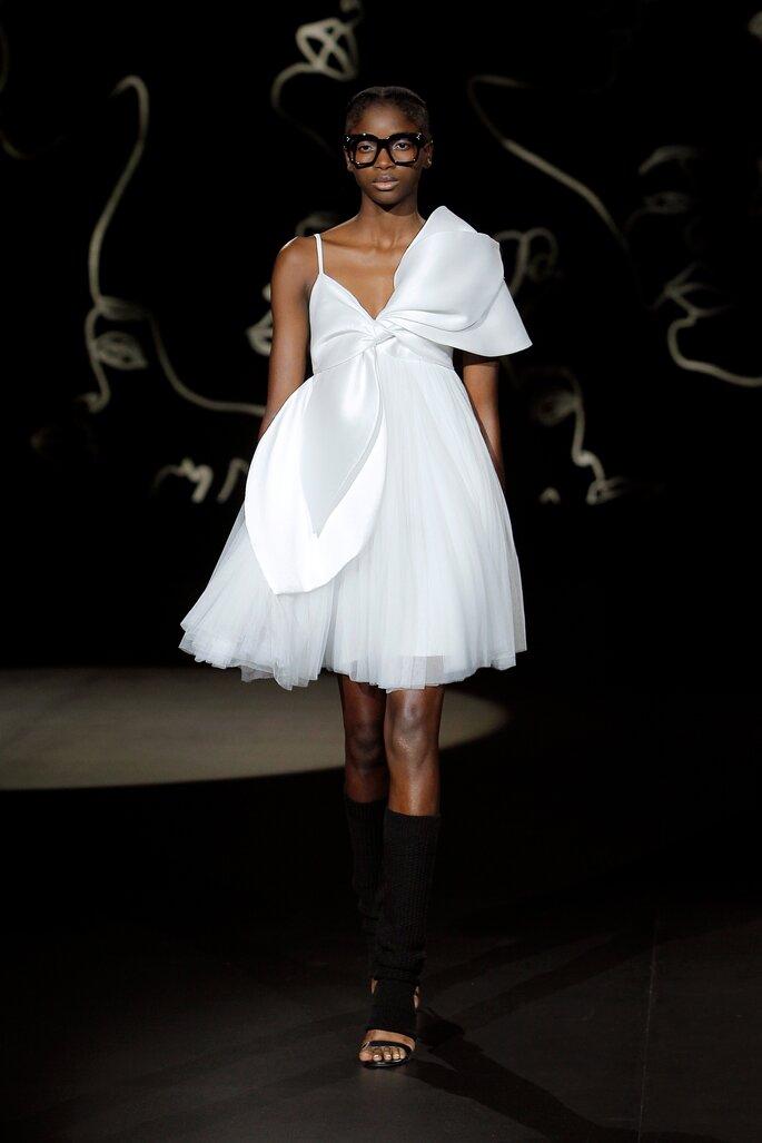Vestido de novia corto con falda voluminosa de tul con nudo gigante por el frente, escote en V y tirantes delgados