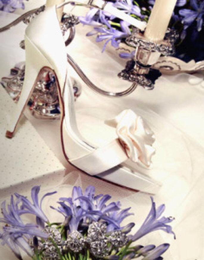 Pronovias accessori2010- Scarpe in raso con dettaglio di fiore