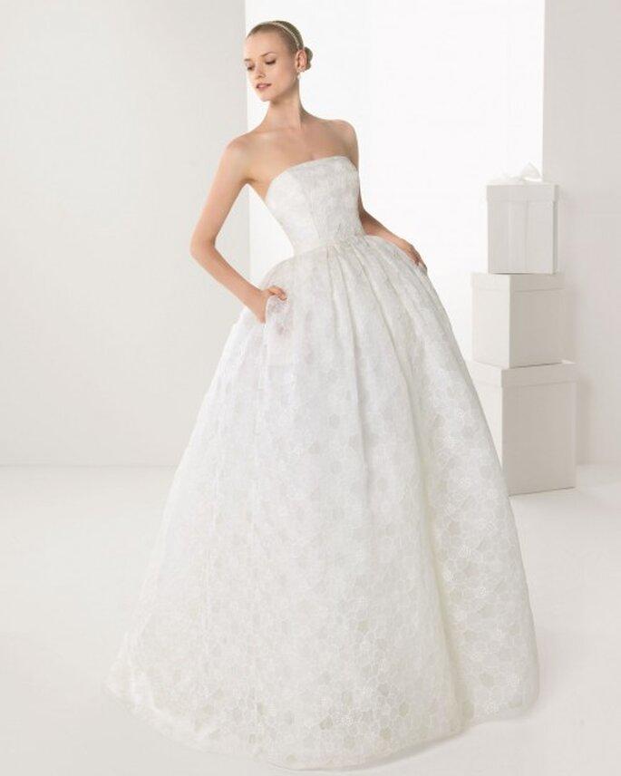 Vestido de novia con bolsas corte princesa y con escote strapless tradicional - Foto Rosa Clará
