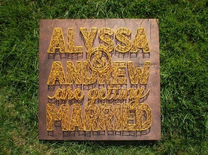 Cartel anunciador de boda hecho con hilos. Foto: Kyle Read.