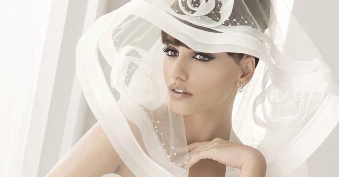 La storia di un accessorio da sempre considerato indispensabile per la sposa: il velo. Nella foto: Penelope Cruz per la campagna Aire Barcelona, www.donna-femminile.com