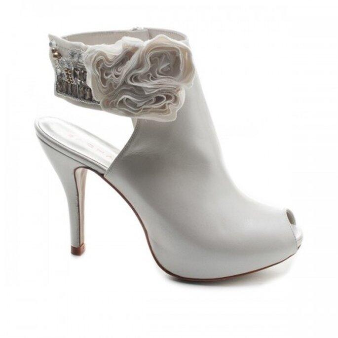 Zapatos de novia estilo botin con accesorios en el tobillo - Foto Sacha London