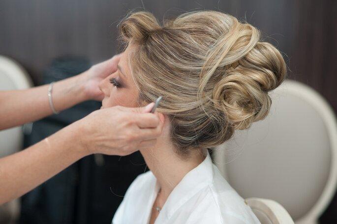 La mariée est en train de se faire coiffer