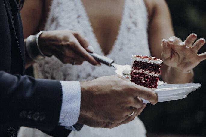 Landhaus Westhof Brautpaar mit Torte