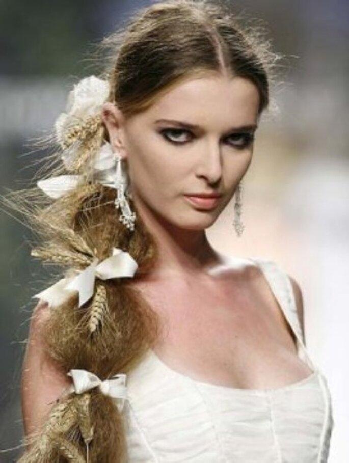 Peinados de novia, cola de caballo con raya en medio