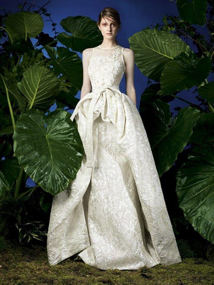 Vestido de fiesta largo en color crema con falda voluminosa y cuello ilusión - Foto YolanCris