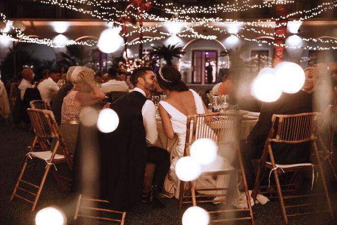 The Journal Wedding beso pareja recién casados