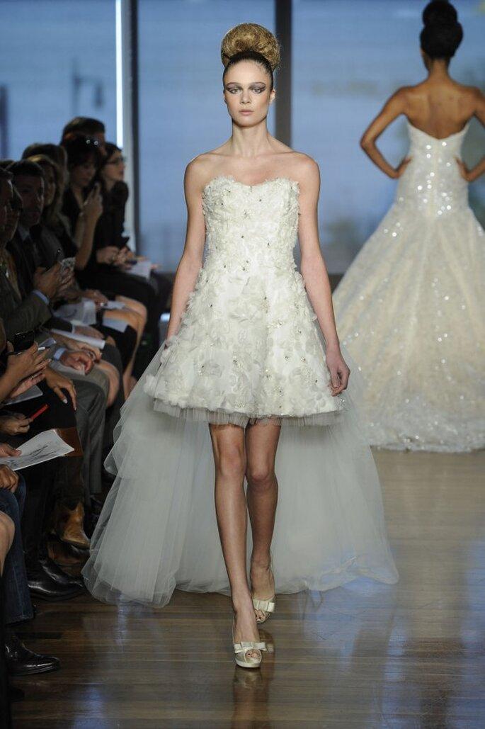 Vestido de novia con falda high low y escote corazón con texturas y apliques - Foto Ines di Santo