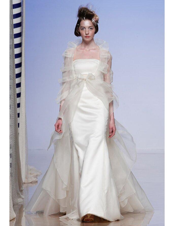 Brautkleid mit transparentem Umhang von Victorio & Lucchino, Kollektion 2012.