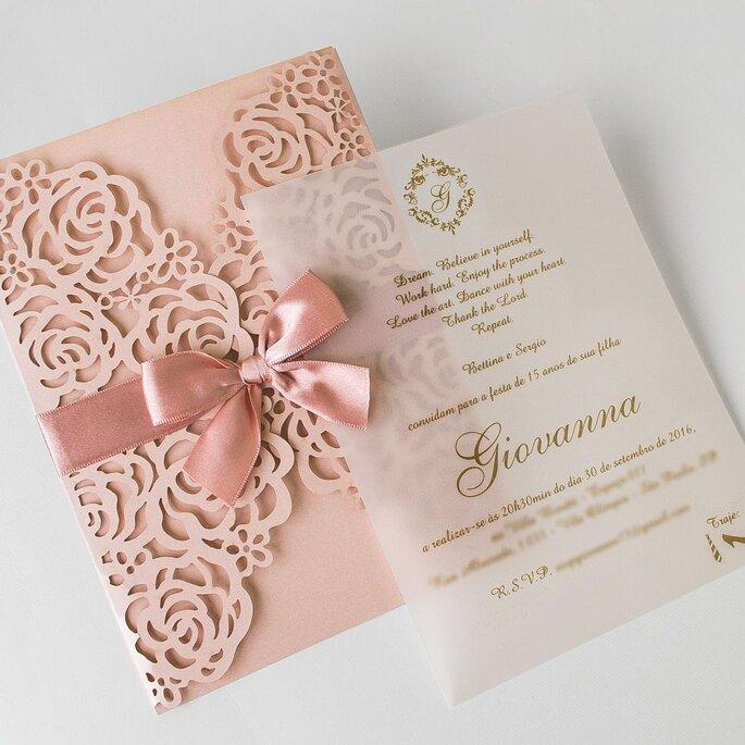 sobres con patron de flores y liston para invitación de boda