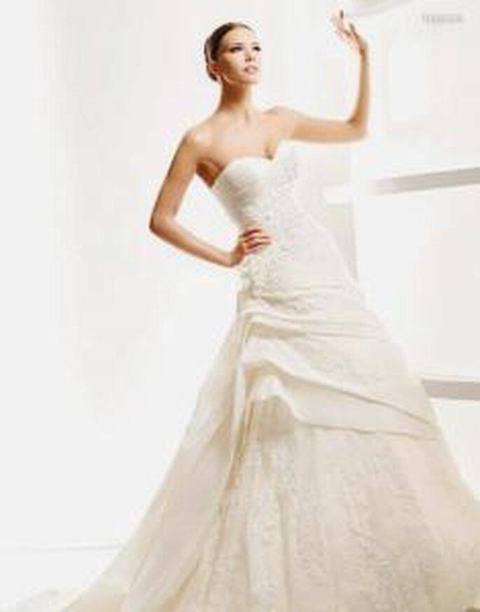 La Sposa 2010 - Leganes, vestido largo en encaje con fruncido lateral, escote corazón