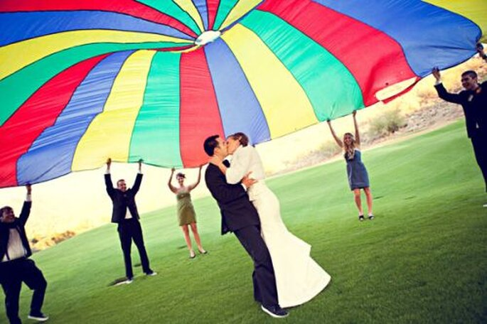 Parachute comme décoration de mariage. Photo : Radiant Photography by the Chansons