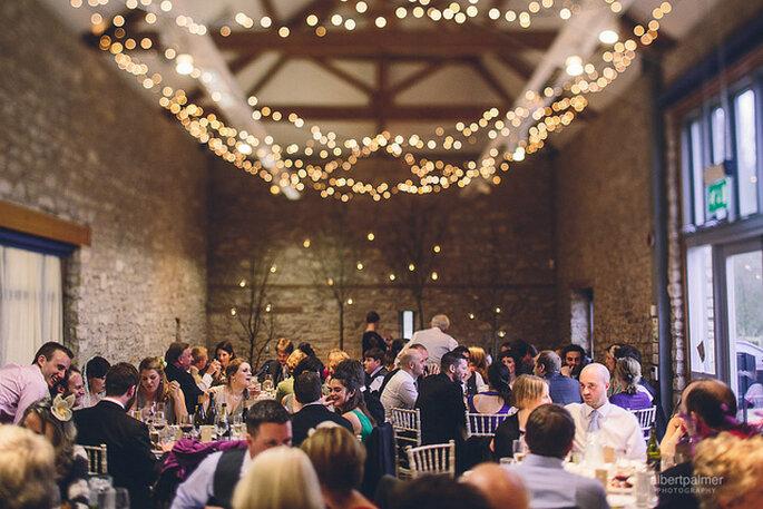 Ideas para la iluminación en una boda country. Foto: Albert Palmer