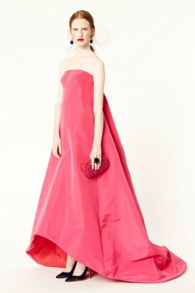 Vestido de fiesta largo en color rosa intenso con escote strapless y acabado high-low en la falda - Foto Oscar de la Renta