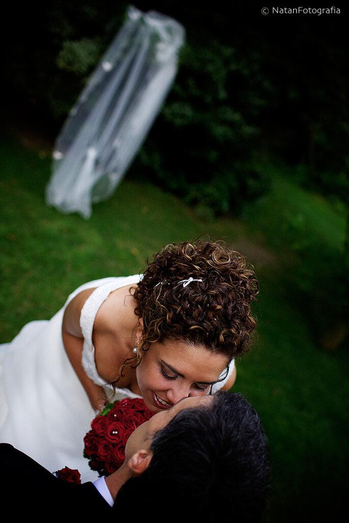 Hochsteckfrisuren für lockiges Haar sind romantisch und elegant - Foto: Natán