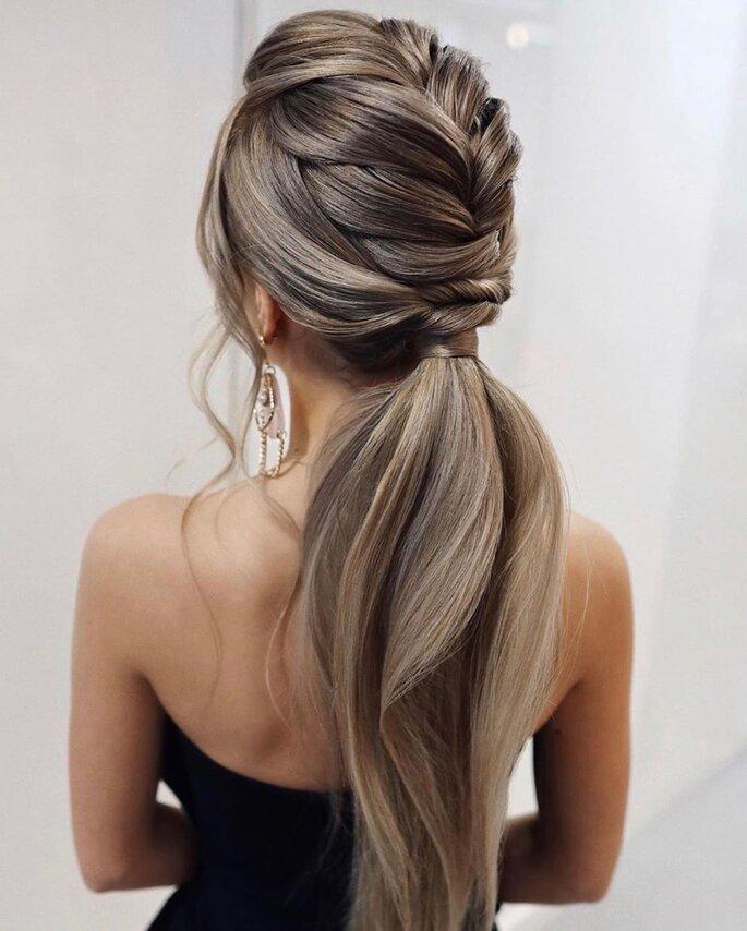 Peinado para dama de honor con trenza media y cola