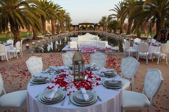 Réception de mariage en extérieur au Maroc, décoration soignée