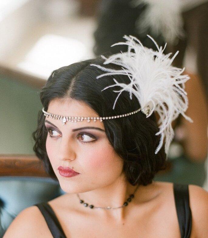 """Cinta con incrustaciones de pedrería y plumas para tu look inspirado en """"The Great Gatsby"""" - Foto Serephine"""