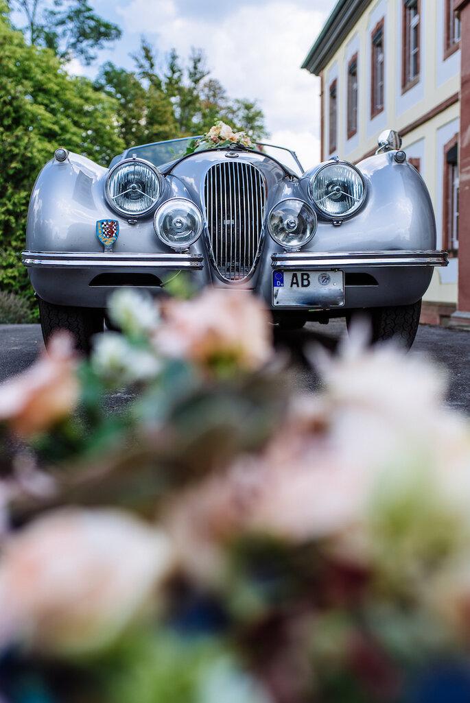 Der Oldtimer und der Brautstrauß beim Rustic Romance Shooting.
