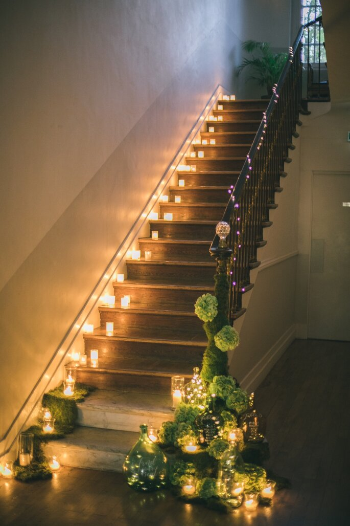 L'escalier du Château la Beaumetane recouvert de bougies et de guirlandes lumineuses