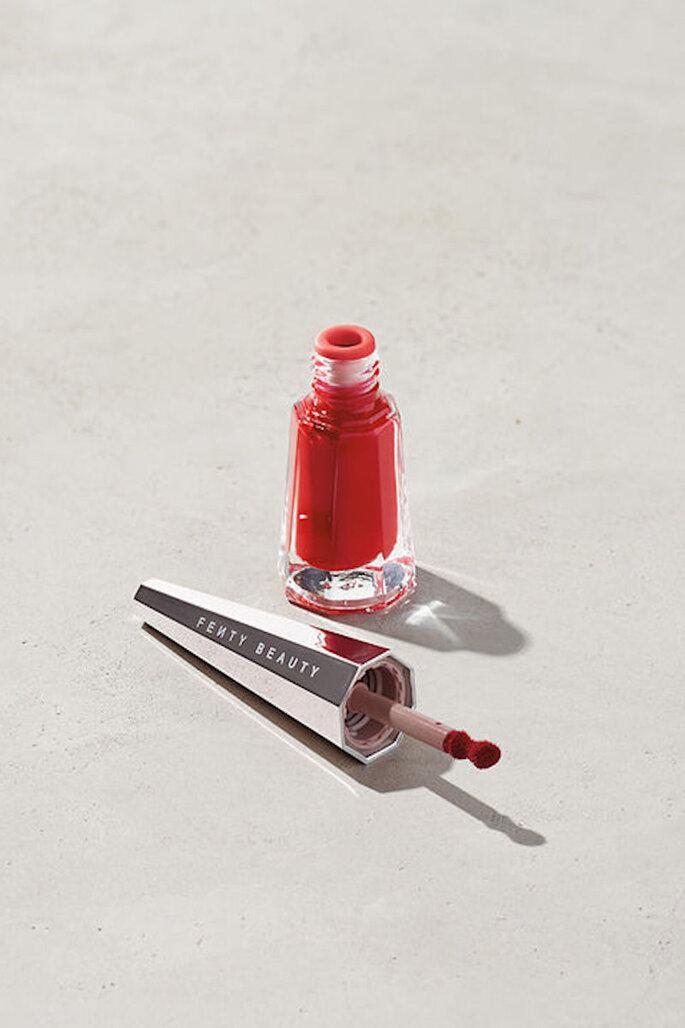 Gloss Fenty para un maquillaje con labios rojos