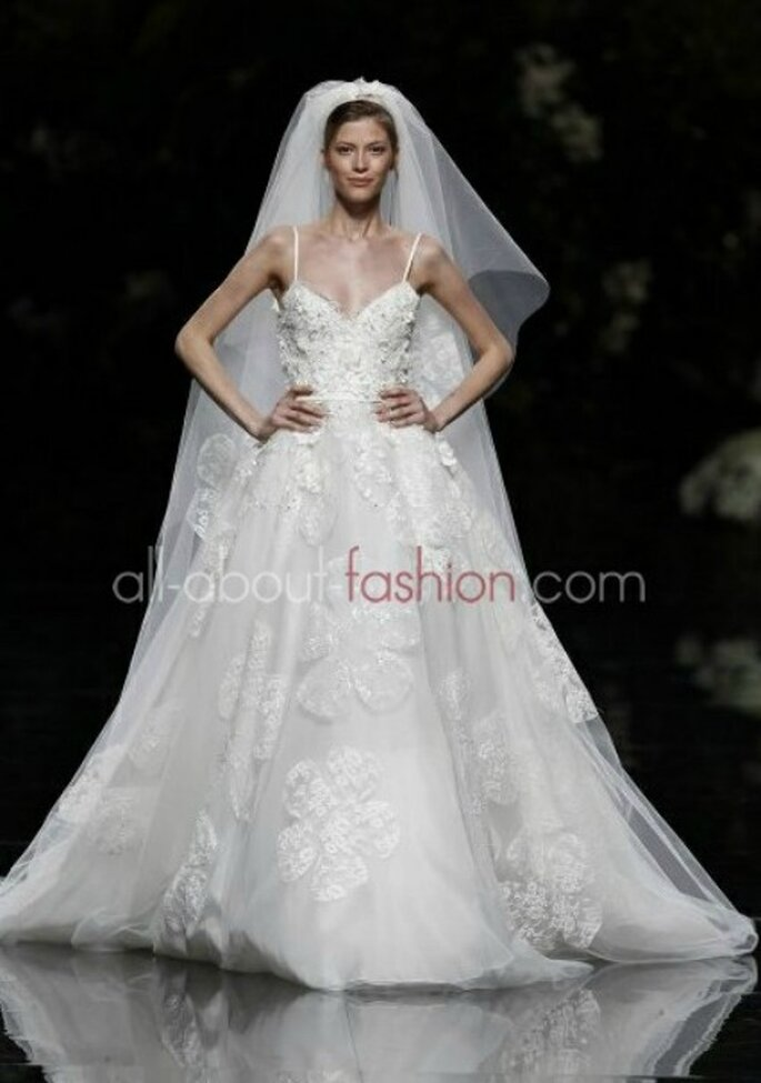 Abito con corpetto lavorato e maxi fiori decorati. Elie Saab per Pronovias 2013 Foto www.all-about-fashion.com