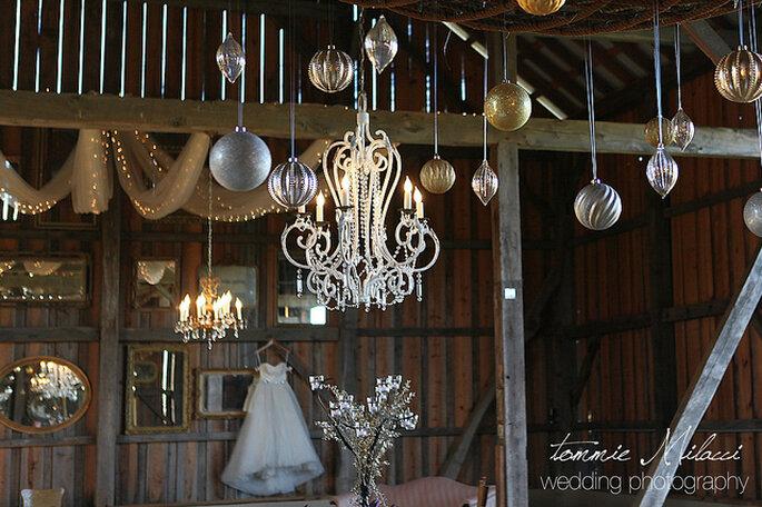 Lámpara elegante en la decoración de la boda. Foto: Photoflurry