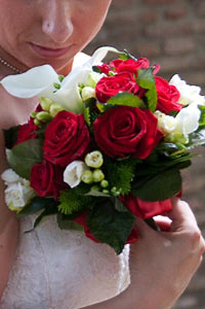 Bouquet rotondo rosso e bianco