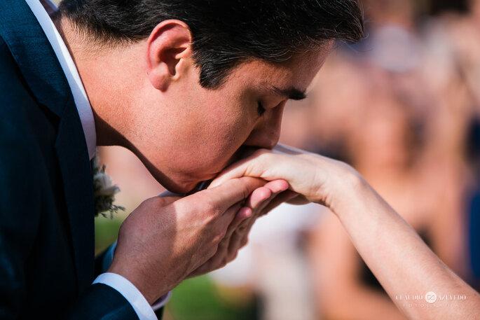 Noivo beija aliança da noiva