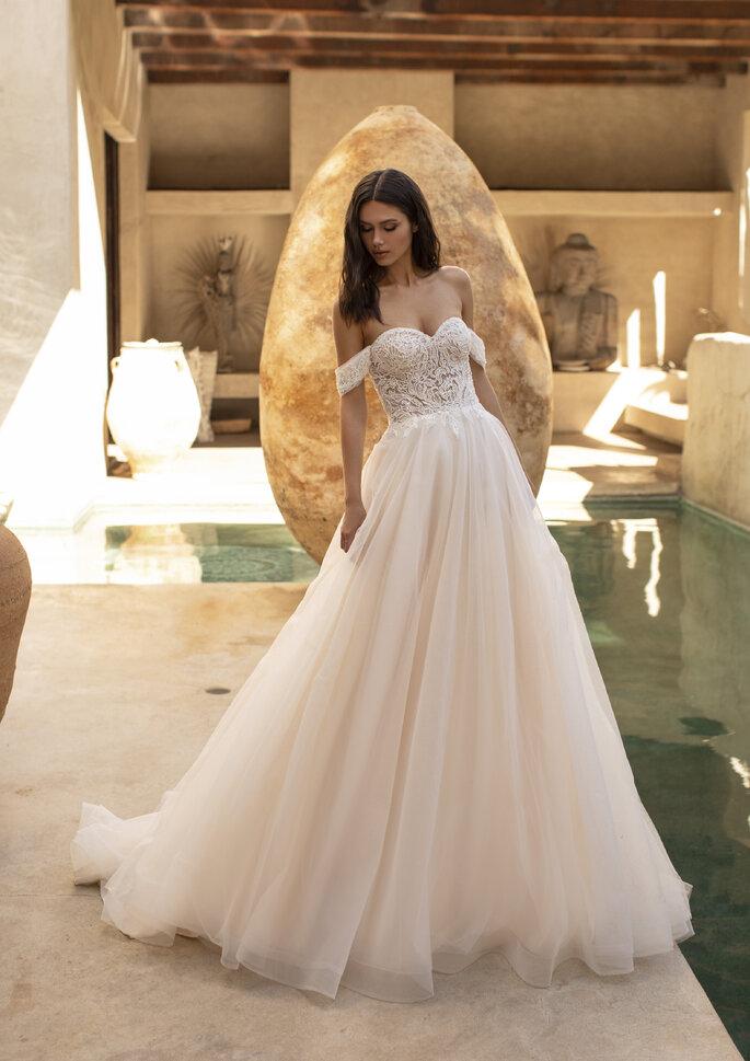 Vestido de noiva com saia rodada em tule, decote ombros caídos
