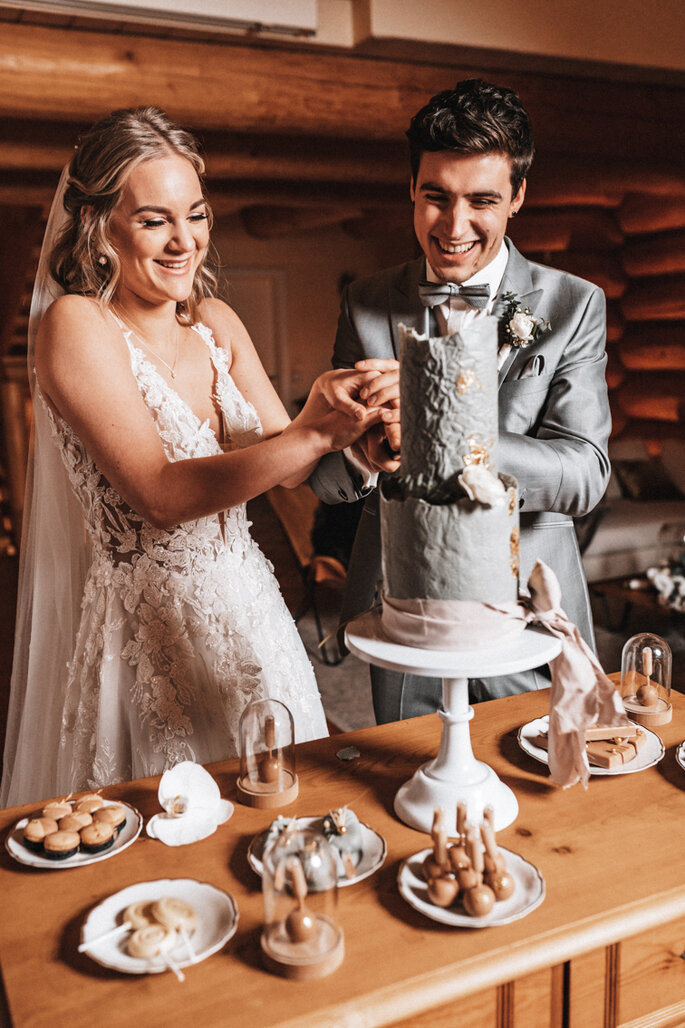 Intime Hochzeit, Eleganz trifft auf rustikalen Flair Hochzeitstorte anschneiden