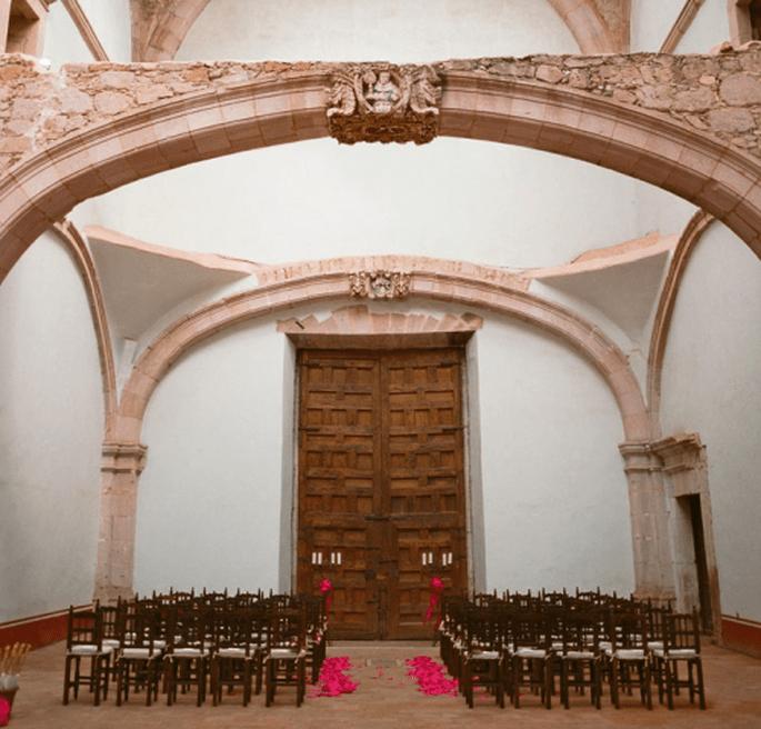 Dale una ambientación diferente a la iglesia con detalles en color rosa intenso - Foto Aaron Delesie