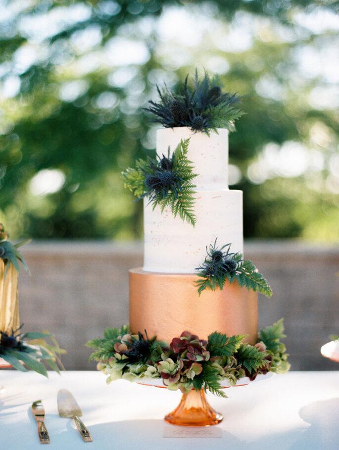 Hochzeitstorte mit echten Blumen als Dekoration