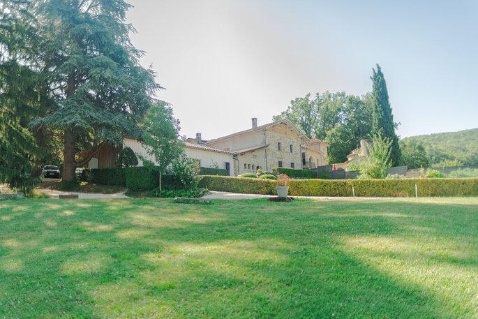 La Bastide de Jaillans et son parc verdoyant.