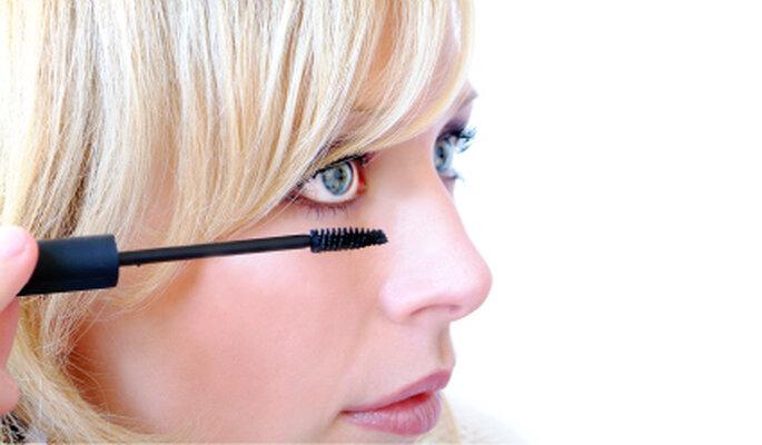Tipps für Bräute, die nicht gewohnt sind, sich zu schminken. Foto: Konstantin Gastmann / pixelio.de