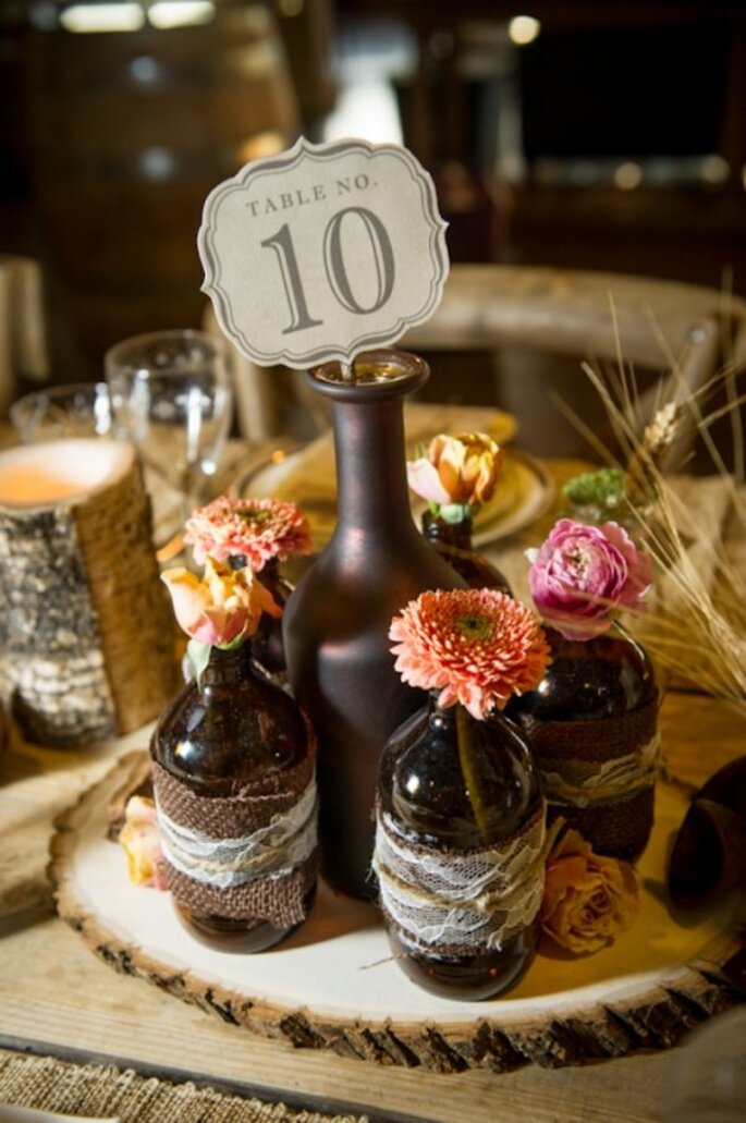 Decoración de boda con botellas avejentadas - Foto Amber French Photography