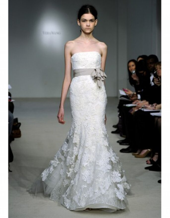 Marfil vestido de encaje con corpiño de matrimonio y de múltiples niveles, la espalda detallada pétalo