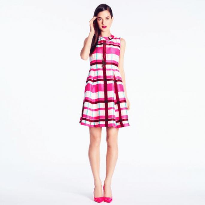 Vestido corto en color rosa con detalles en tono rojo, azul marino y blanco para agregar a tu mesa de regalos Zankyou - Foto Kate Spade
