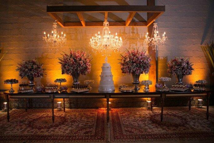 Mesa de bolo e doces montada para a celebração