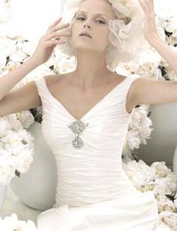 Carlo Pignatelli 2010 - Vestido largo en seda drapeada, escote en V con broche en plata, corte princesa