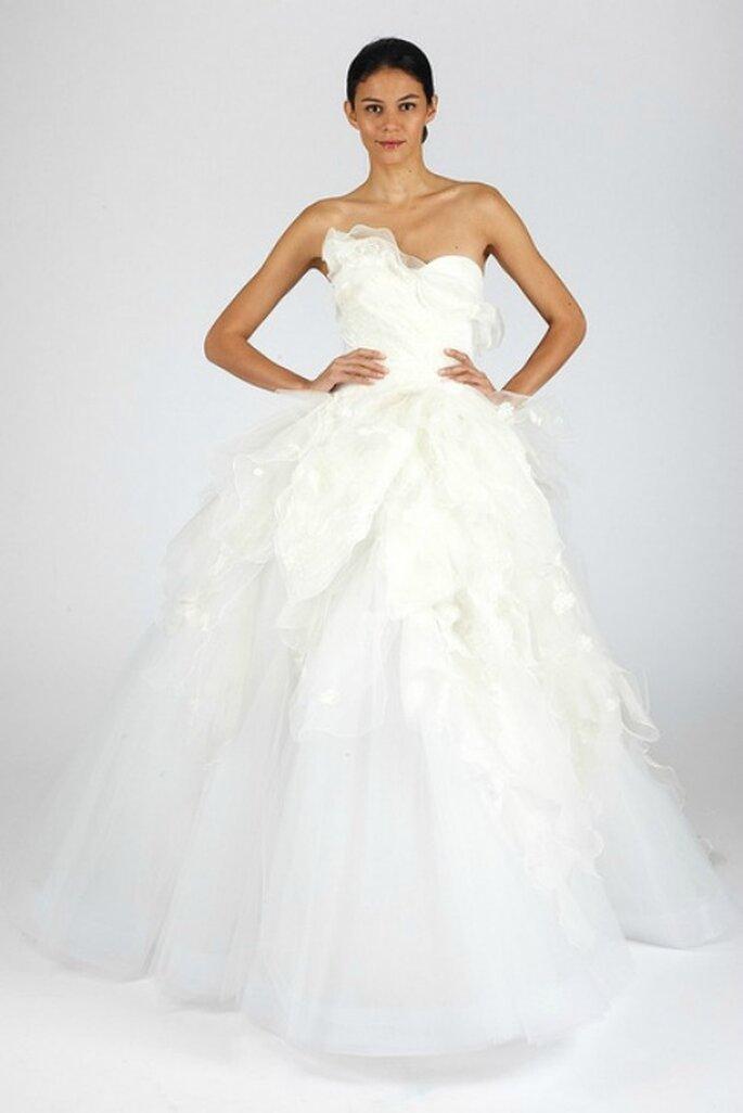 Robe de mariée décolleté en coeur et jupe ample avec voiles en organza. Oscar de la Renta automne 2013. Photo: www.oscardelarenta.com