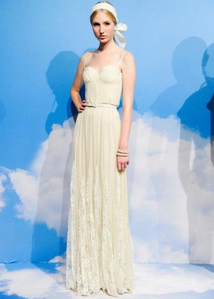 Vestido de fiesta largo en color crema con tirantes discretos y detalles de encaje en la falda - Foto Alice + Olivia